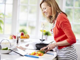 kvinde laver mad i køkkenet