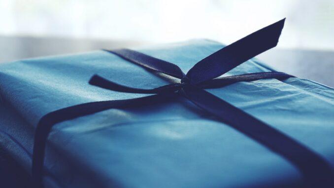 Gave pakket ind i blåt