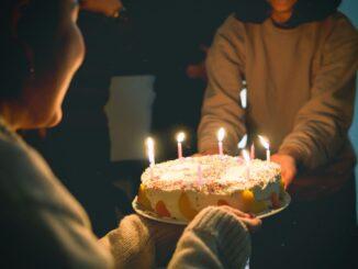 Person får en lagkage på sin fødselsdag
