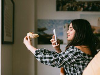 Dame tager billede af sin mad