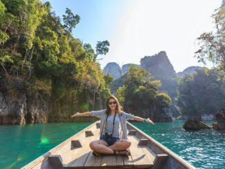 Kvinde sidder på en båd og er glad