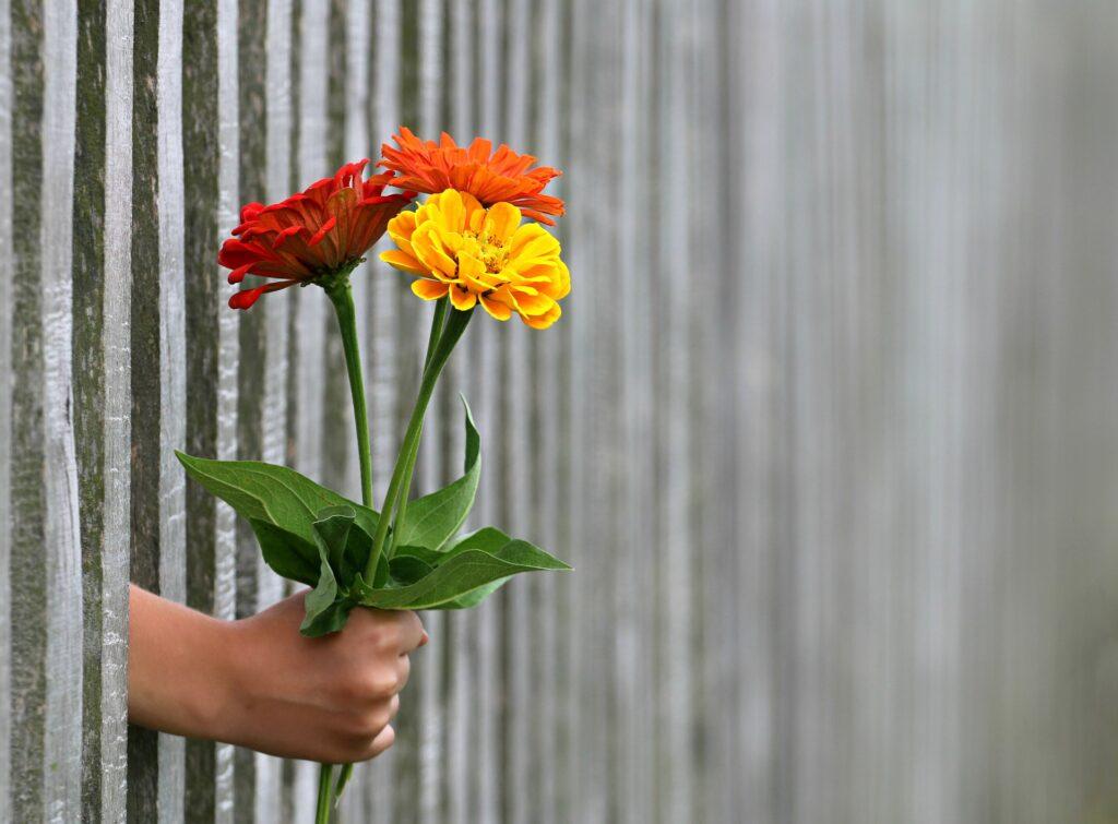 Blomster buket rækkes frem
